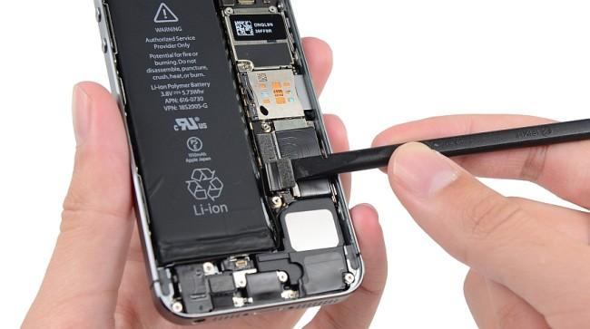 после замены батареи не включается айфон?
