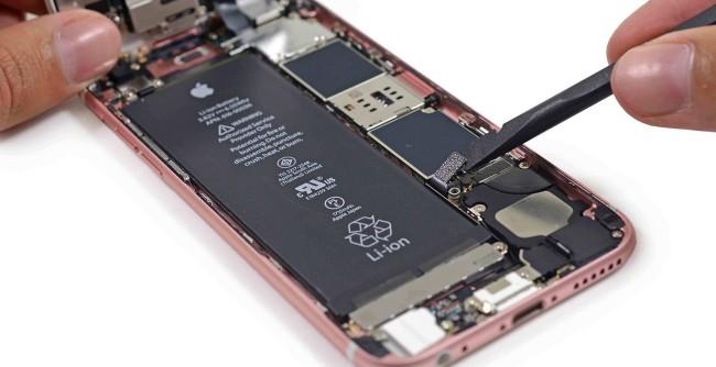 На экране айфона горит яблоко и он не включается