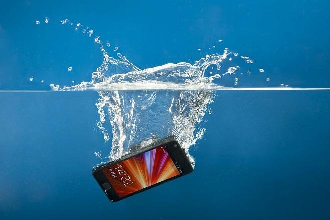 смартфон под водой