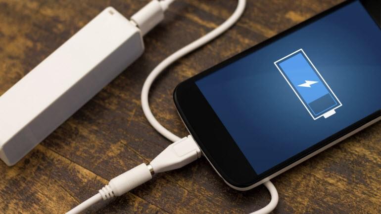 смартфон с зарядкой